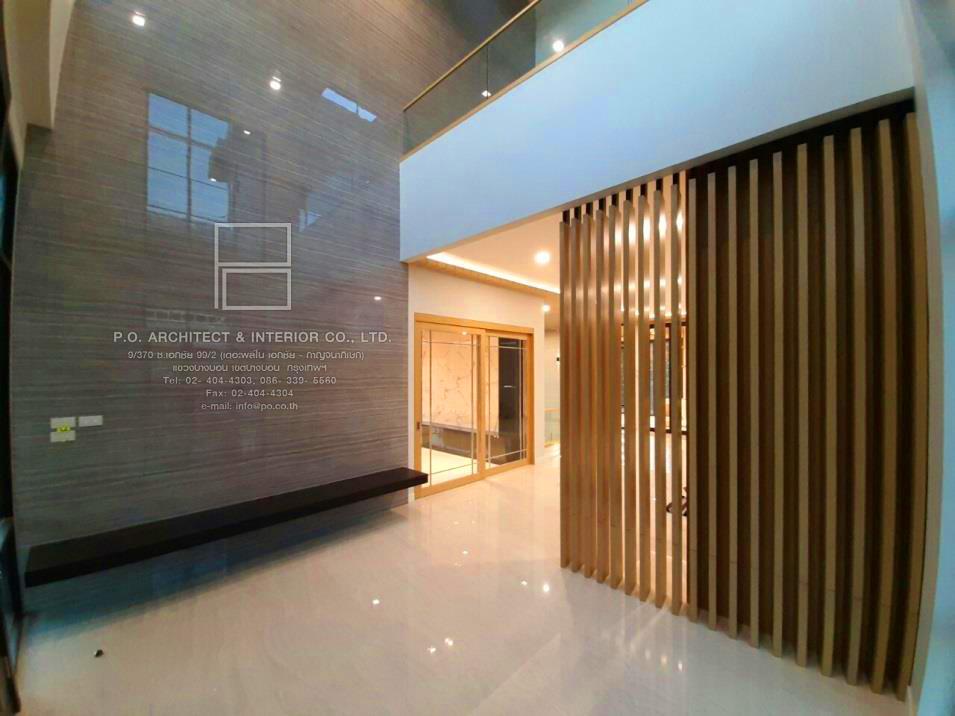 การออกแบบ โถงทางเข้าบ้าน หรือ Hall entrance : P.O. Architect & Interior Co.,Ltd. รับออกแบบตกแต่งภายใน